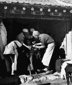 Dr. Béthune pratiquant une opération sur le champ de bataille. Octobre 1939. – Photographe Wu Yinxian.